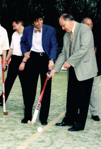 La position géographique du club a permis à son président, Xavier Huygens, d'attirer Elio Di Rupo pour l'inauguration du 1er terrain synthétique, en avril 1996.